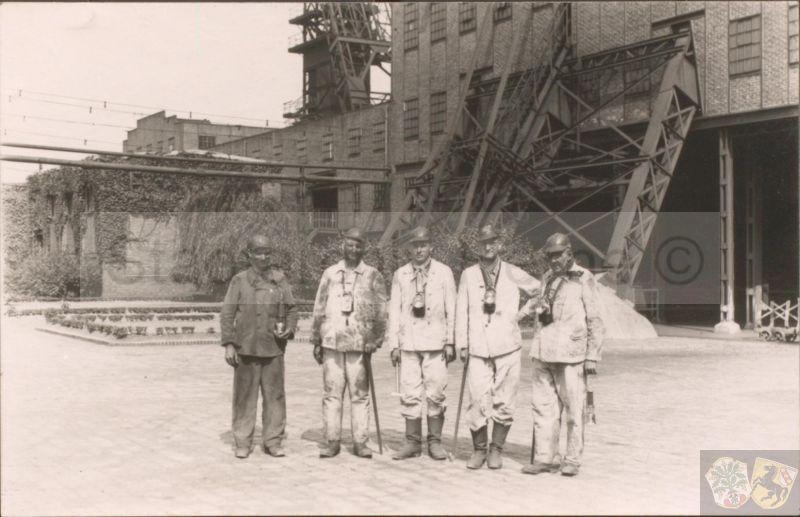 Datei:Grubeneinfahrt auf Shamrock III-IV am 24. August 1942, Oberbürgermeister Günnewig mit Ritterkreuzträger Alfred Grislawski.jpg
