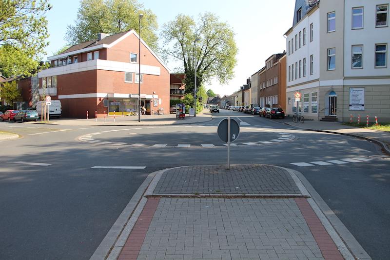 Datei:Kreisverkehr Bielefelder Straße Kastanienallee TS 20170514.jpg