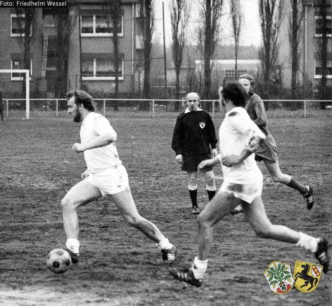 Datei:Georg Clement mit Ball Friedhelm Wessel oOoJ.jpg