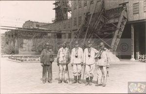Grubeneinfahrt auf Shamrock III-IV am 24. August 1942, Oberbürgermeister Günnewig mit Ritterkreuzträger Alfred Grislawski.jpg