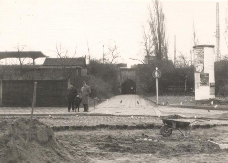 Datei:Möllertunnel, Ansicht Nordseite (Bahnhofsplatz), 1968.jpg