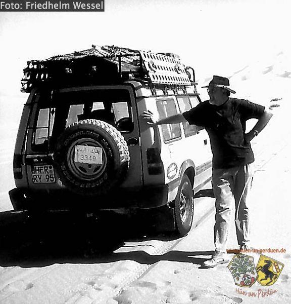 Datei:ORC-Vereinsgründer Friedhelm Wessel 1998 in der Libyschen Sahara.jpg