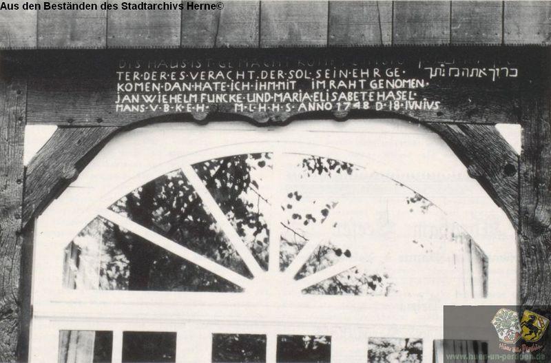 Datei:Torbalken mit hebräischer Inschrift in Alt-Crange.jpg