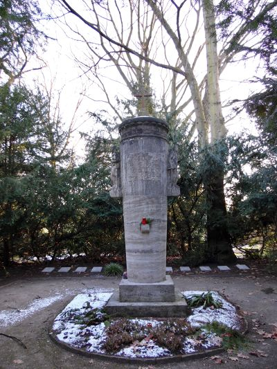 Waldfriedhof Gedenksäule 1917 Pluto 2129 20170122.jpg